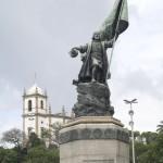 Monumento ao Descobrimento, Pedro Alvares Cabral portando bandei